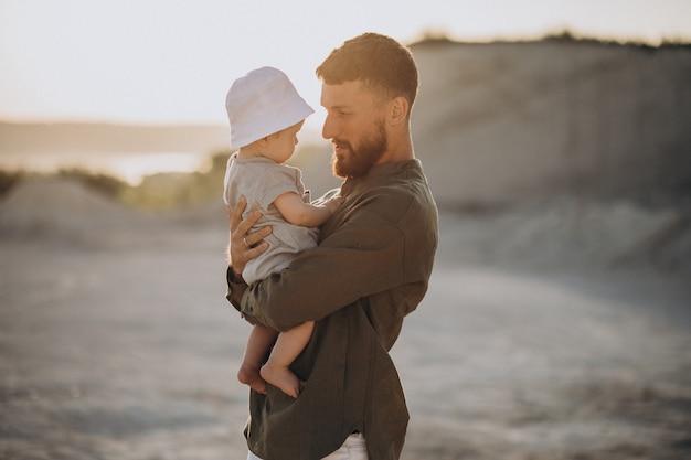 Vader met zijn zoontje in een steengroeve Gratis Foto