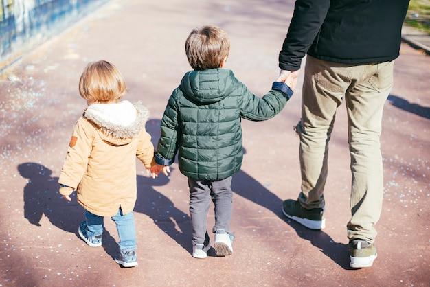 Vader op wandeling met zonen Gratis Foto