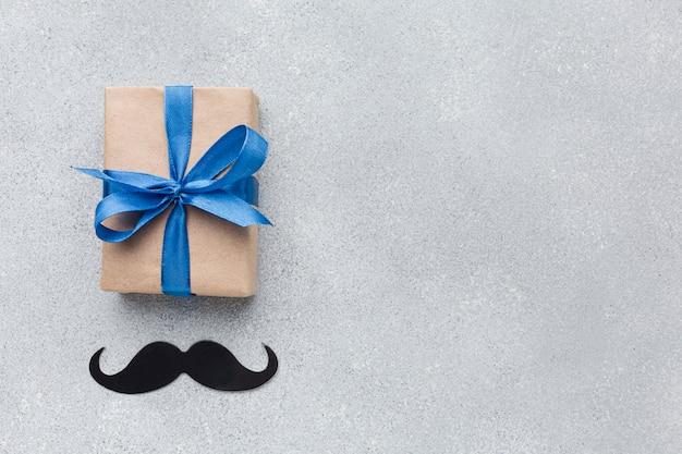 Vaderdag met cadeau en snor Gratis Foto