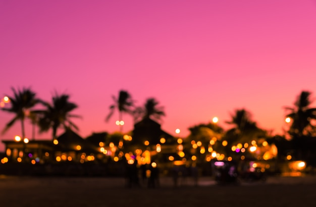 Vage de strandtoevlucht van de silhouetzonsondergang met palm Premium Foto