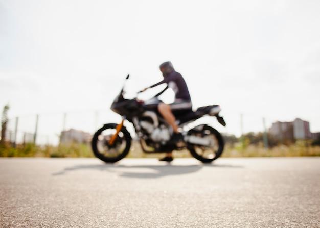 Vage fietser die op de weg wordt geparkeerd Gratis Foto