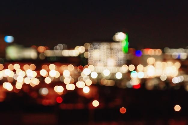 Vage kerstmislichten op een zwarte achtergrond, bokeh. Premium Foto