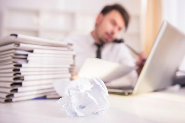 Vage zakenman die op kantoor werkt Premium Foto