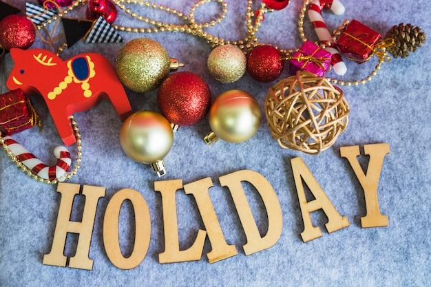 Vakantie belettering van hout met kerstballen Gratis Foto