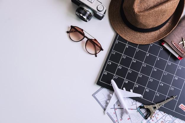 Vakantie calandar met camera en reizen items, bovenaanzicht Premium Foto