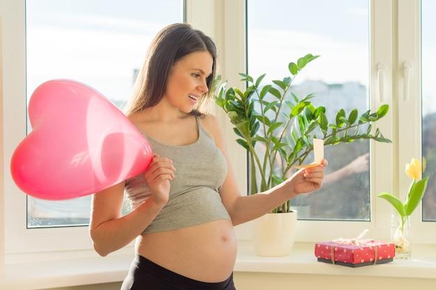 Vakantie in het leven van een zwangere vrouw Premium Foto