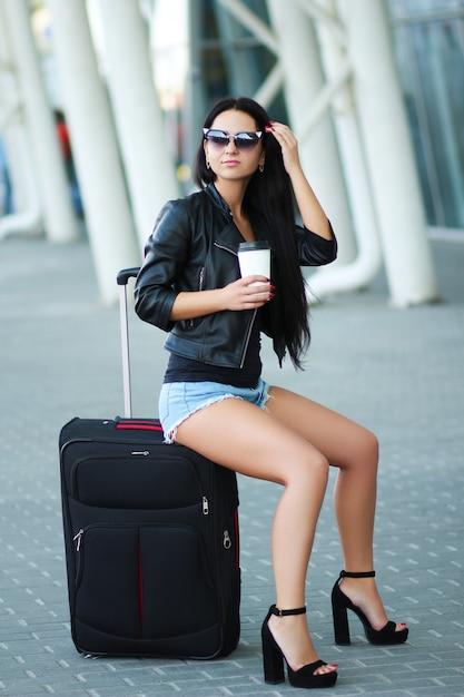 Vakantie. jonge vrouwelijke reiziger in internationale luchthaven. Premium Foto