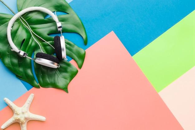 Vakantieconcept met hoofdtelefoons Gratis Foto