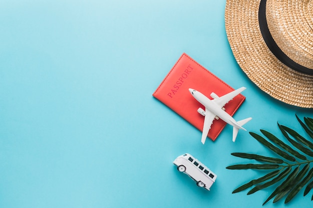 Vakantieconcept met vliegtuig en bus Gratis Foto