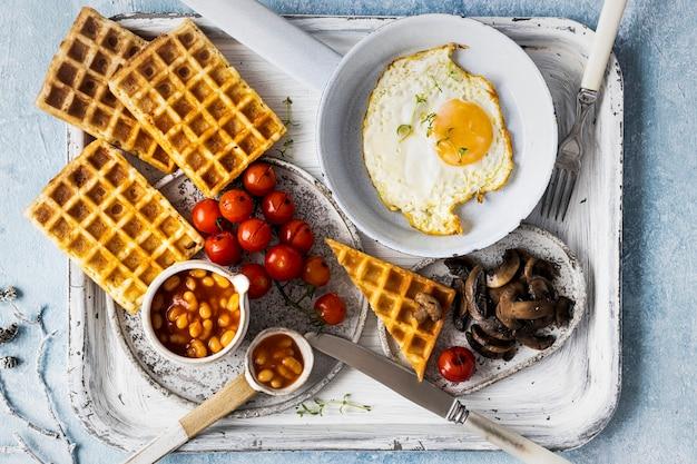 Vakantieontbijt met ei op fotografie van het wafelvoedsel Gratis Foto