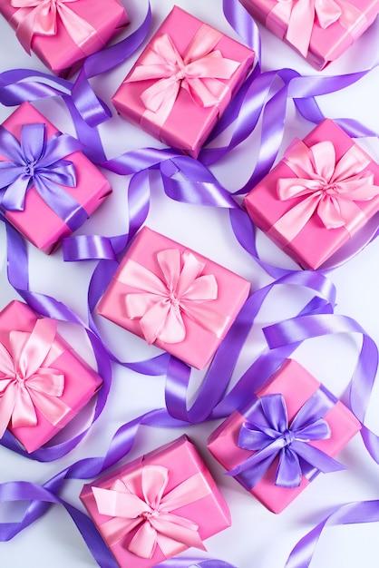 Vakken met geschenken voor vakantie verjaardag kerstmis valentijnsdag roze op witte achtergrond bovenaanzicht Premium Foto