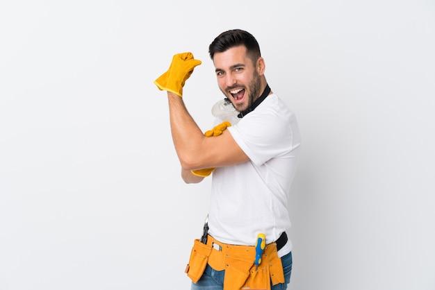 Vaklieden of elektricien man over geïsoleerde witte muur maken sterk gebaar Premium Foto