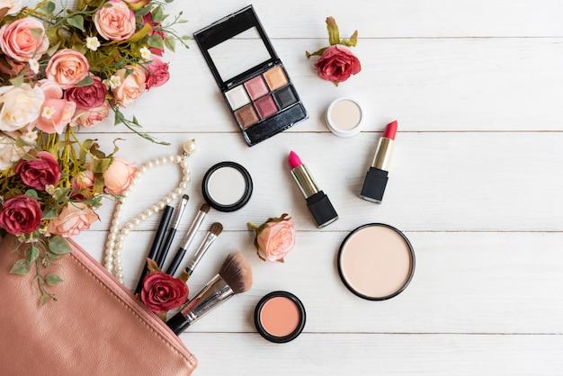 Valentijn cadeau. make-up cosmetica tools op houten tafel Premium Foto