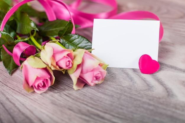 Valentijn kaart met rozen op hout Gratis Foto
