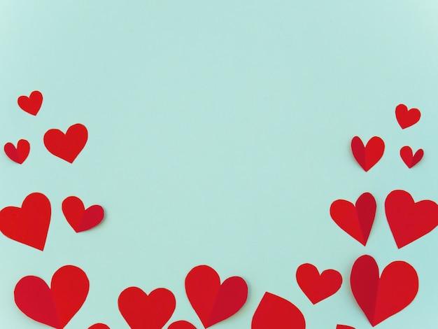 Valentijn wenskaart met rood hart op cyaan achtergrond met copyspace voor tekst. Premium Foto