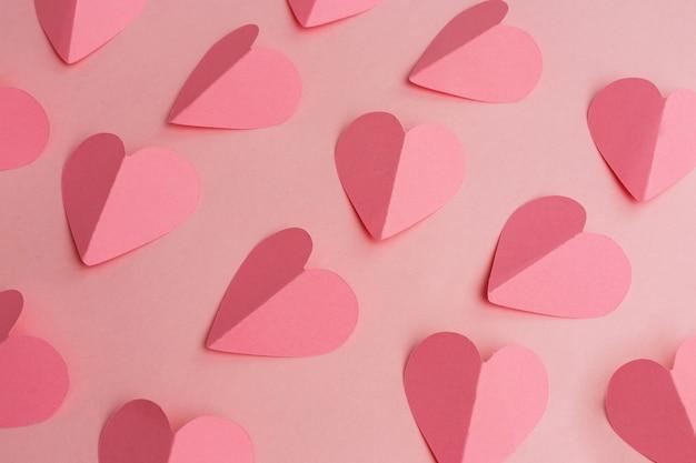 Valentijnsdag achtergrond gemaakt van papier harten Premium Foto