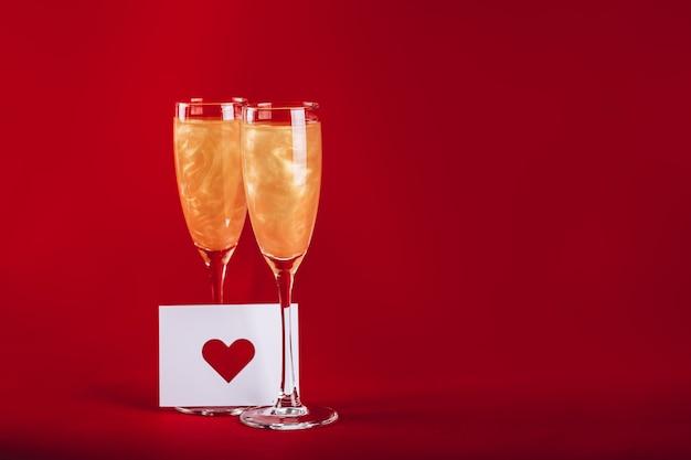 Valentijnsdag achtergrond met champagneglazen Premium Foto