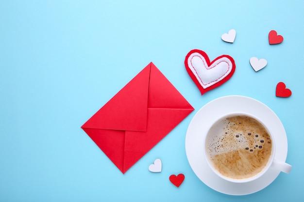 Valentijnsdag achtergrond met decoratie. samenstelling op blauwe achtergrond. Premium Foto
