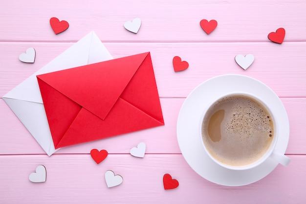 Valentijnsdag achtergrond met decoratie. samenstelling op roze achtergrond. Premium Foto