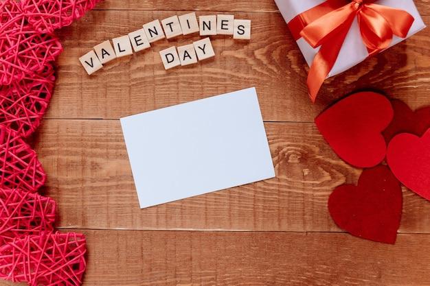 Valentijnsdag achtergrond met lege wenskaart cadeau en hart Premium Foto