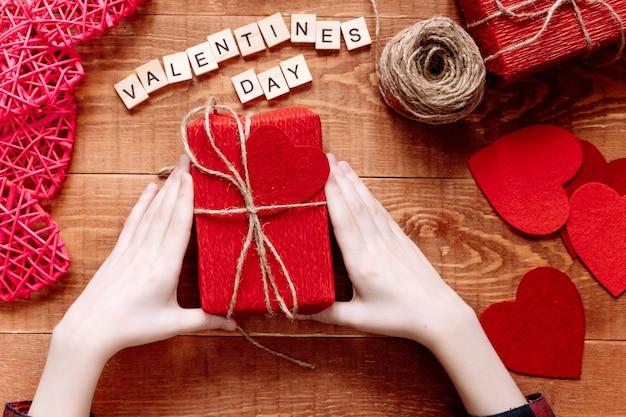 Valentijnsdag achtergrond. valentijnscadeaus maken, doe-het-zelf hobby. diy-concept voor kinderen. hartdecoratie of wenskaart maken. handgemaakt concept. Premium Foto