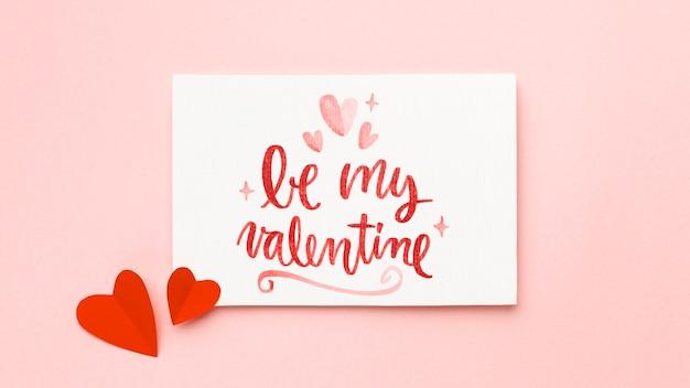 Valentijnsdag arrangement met tekst Gratis Foto