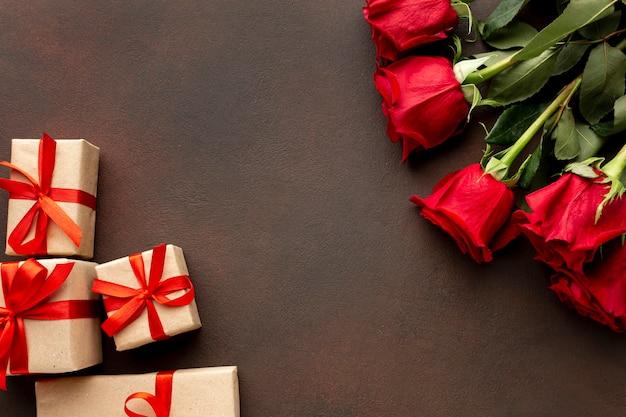 Valentijnsdag assortiment met rozen en verpakte geschenken Gratis Foto