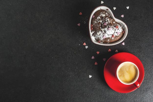 Valentijnsdag chocolade mok cake of brownie met poedersuiker en zoete hartvormige hagelslag Premium Foto
