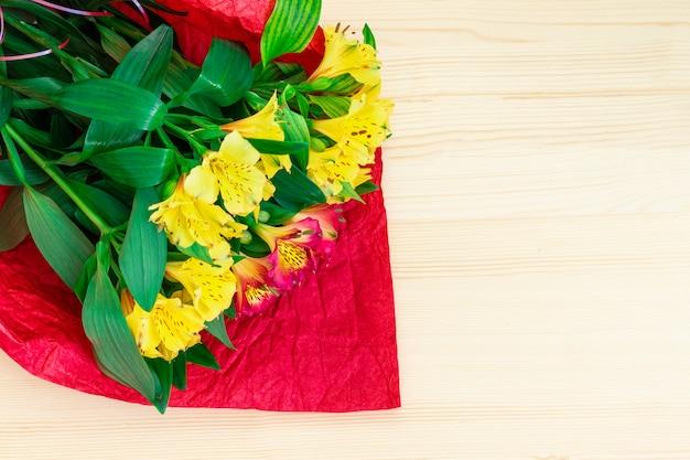 Valentijnsdag concept. boeket bloemen op een houten achtergrond. Premium Foto