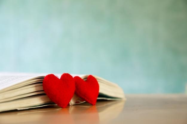 Valentijnsdag concept. hart van het boek. wenskaarten. Gratis Foto