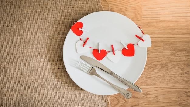 Valentijnsdag diner met de instelling van de tabel Premium Foto
