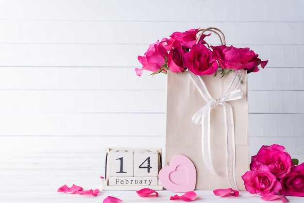 Valentijnsdag en liefde concept op witte houten achtergrond. Premium Foto