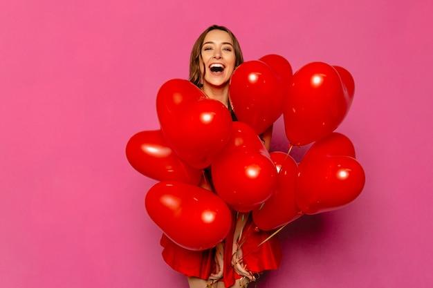 Valentijnsdag. gelukkige jonge vrouw, wijd glimlachend Gratis Foto