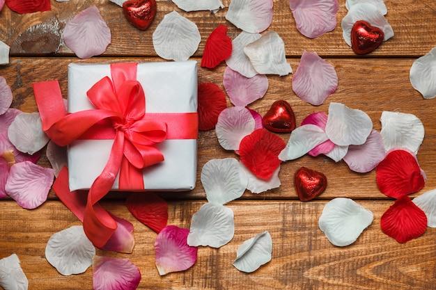 Valentijnsdag geschenk en harten op houten Gratis Foto