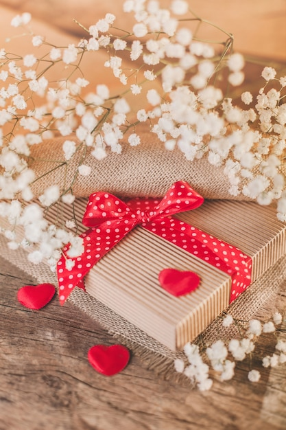 Valentijnsdag geschenk op hout met rode versieringen Gratis Foto
