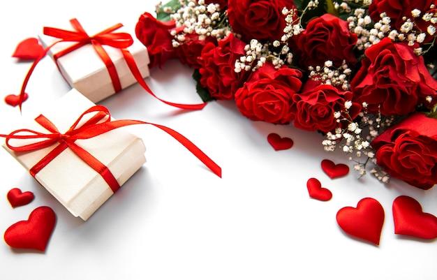 Valentijnsdag geschenkdozen en rode rozen boeket op een witte ondergrond Premium Foto