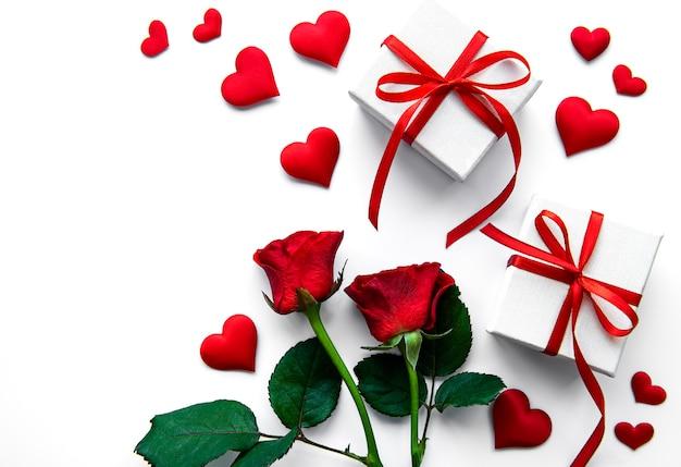 Valentijnsdag geschenkdozen en rode rozen op een wit oppervlak Premium Foto