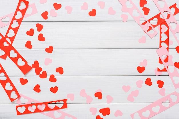 Valentijnsdag handgemaakte scrapbooking achtergrond, harten kaart knippen en plakken Premium Foto