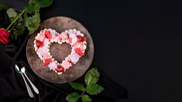 Valentijnsdag hartvormige cake met kopie ruimte Gratis Foto