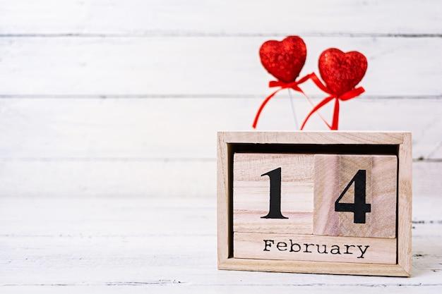 Valentijnsdag. houten kalender met 14 februari erop. Premium Foto