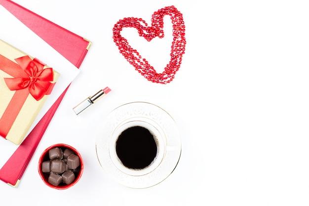 Valentijnsdag koffiedrank, geschenkdoos, snoepjes Premium Foto