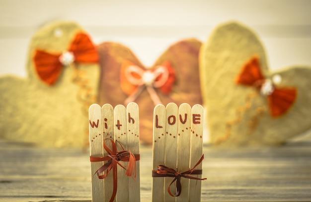 Valentijnsdag liefde inscriptie op kleine houten stokjes met een hart Gratis Foto