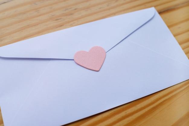 Valentijnsdag Liefdesbrief Envelop Met Harten Op Houten Achtergrond