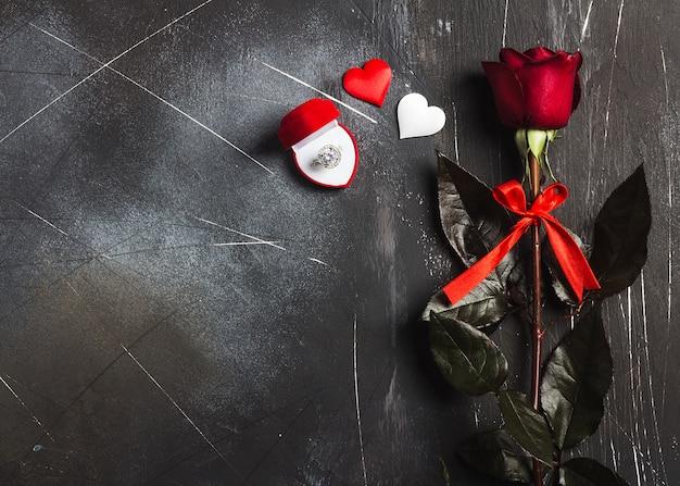 Valentijnsdag met me trouwen trouwring in doos met rode roos geschenk Gratis Foto