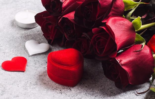 Valentijnsdag met me trouwen verlovingsring doos met rode roos Gratis Foto