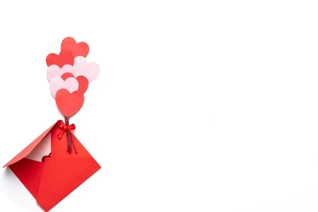 Valentijnsdag met rode en roze harten met rode envelop Premium Foto