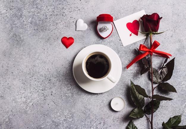 Valentijnsdag romantisch diner tabel met me trouw verlovingsring Gratis Foto