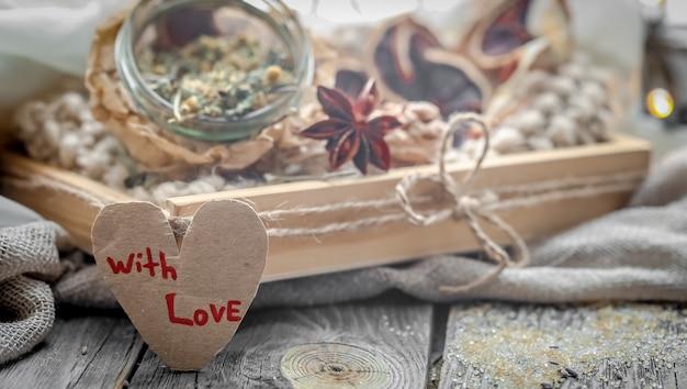 Valentijnsdag stilleven met thee en een hart Gratis Foto