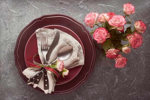 Valentijnsdag, verjaardag of verjaardag tafel opstelling Premium Foto