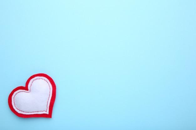 Valentijnsdag wenskaart. handmadedhart op blauwe achtergrond. Premium Foto